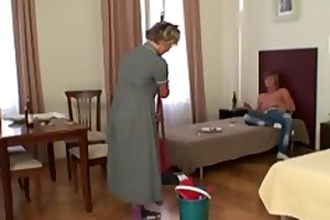 cleaning woman gives up her old pussy