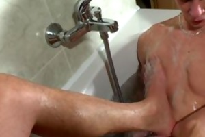 muscle chap acquires handjob in the baths